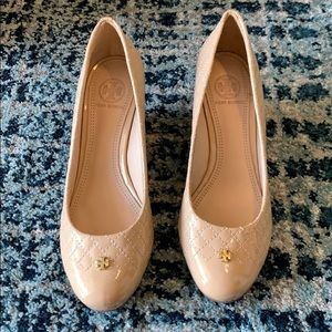 NEW Tory Burch Nude Quilted Patent Leather Wedge 7